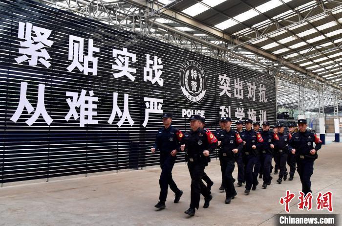 """""""漳州110""""民警们在训练基地进行基础体能训练。 张斌 摄"""