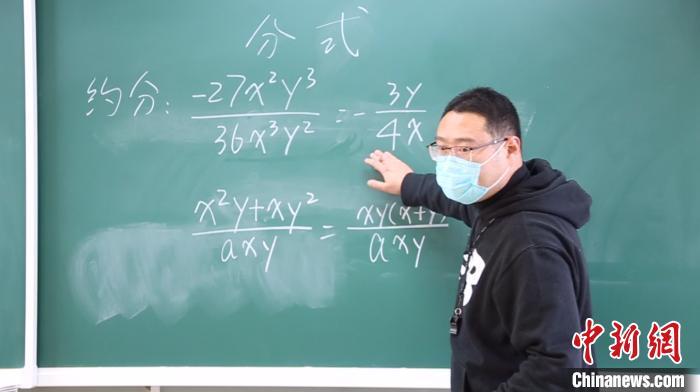 """""""90后""""体育老师闻晓峰正在为学生们补习数学 徐明睿 摄"""