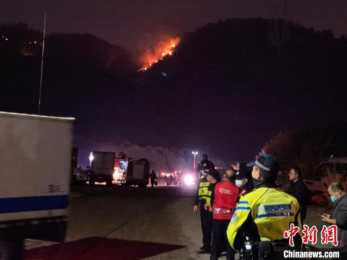 图为深圳南山区大南山山火扑救现场。 陈文 摄