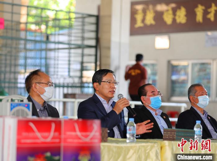 """中国驻柬埔寨大使王文天27日前往金边端华学校,为援柬华文教师代表现场发放""""春节包"""",为他们送上祖国亲人的新春祝福和关怀。图为王文天大使讲话。 欧阳开宇 摄"""