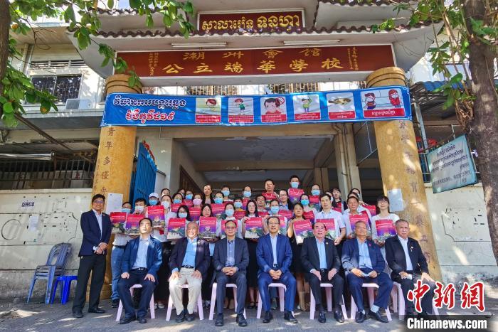 """中国驻柬埔寨大使王文天27日前往金边端华学校,为援柬华文教师代表现场发放""""春节包"""",为他们送上祖国亲人的新春祝福和关怀。 欧阳开宇 摄"""