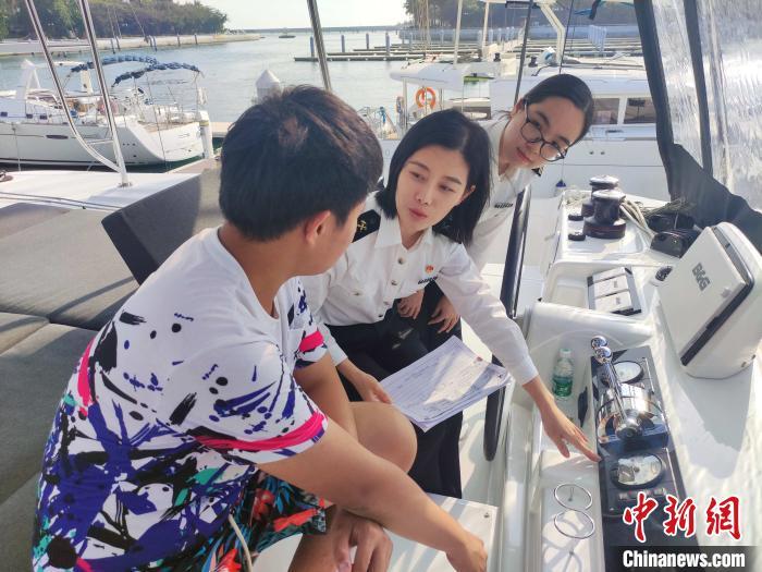 三亞海關關員在清水灣游艇會碼頭實地查看帆船情況 王純豪 攝