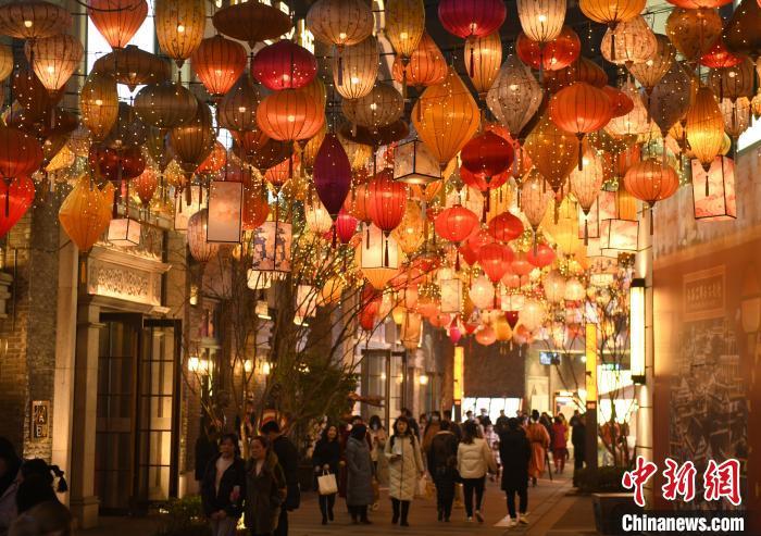 重庆弹子石城市广场迎春灯饰绚丽夺目