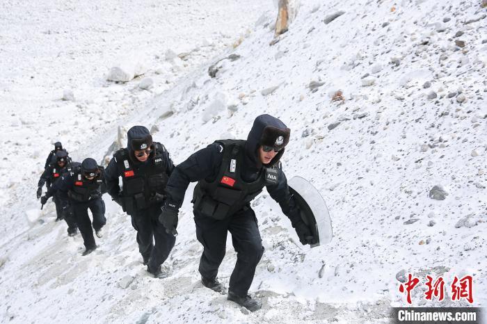 珠峰边境派出所民警们在巡逻途中艰难行走。 何宇恒 摄