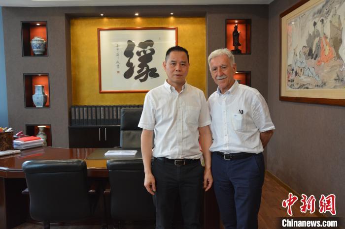 德国卡尔蔡斯耶拿足球俱乐部主席与冯庆华交流合影。受访者供图