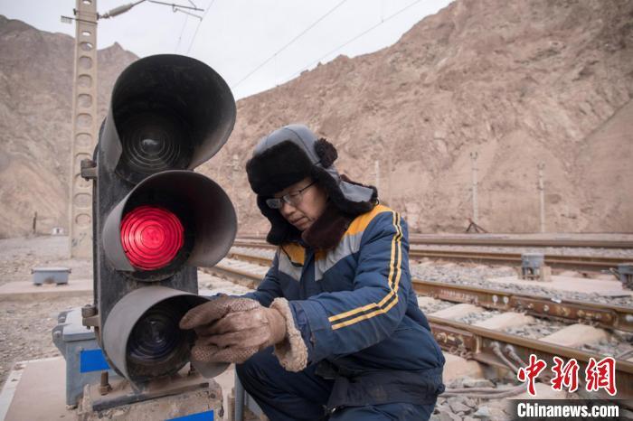 """镜铁山里坚守31年的铁路人:对每个设备的""""脾气""""了如指掌"""