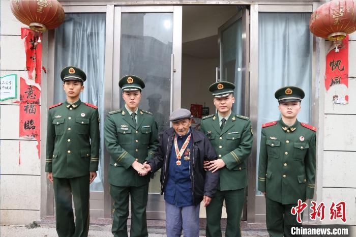 武警台州支队官兵看望慰问老兵杨成余 章朝晖 摄