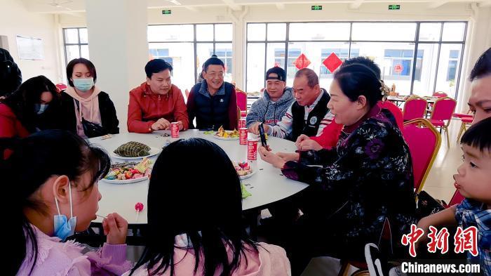 何见霜在台湾过年的台协会周代祥会长视频连线互送祝福。南宁市台办供图