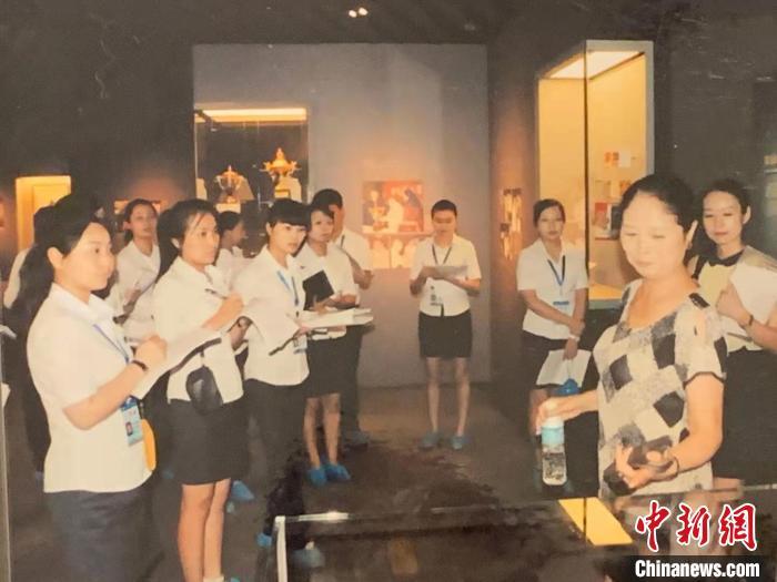 胡晓蓉培训讲解员。受访者供图 祝欢 摄