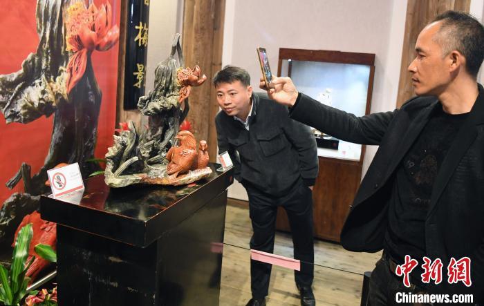 展出的中国工艺美术大师陈礼忠寿山石雕精品《鸳鸯怜碧水》,吸引观众眼球。 记者刘可耕 摄