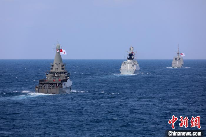 参加演习的舰艇组成单纵队。 梁立虎 摄