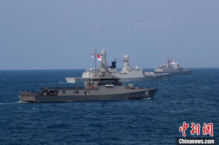两边舰艇构成搜救队形展开搜救。 梁立虎 摄