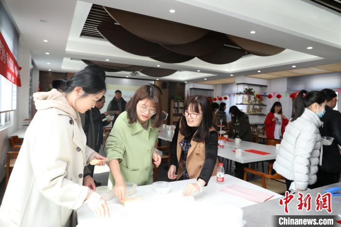 华侨华人与居民一起做汤圆 王凌云 摄