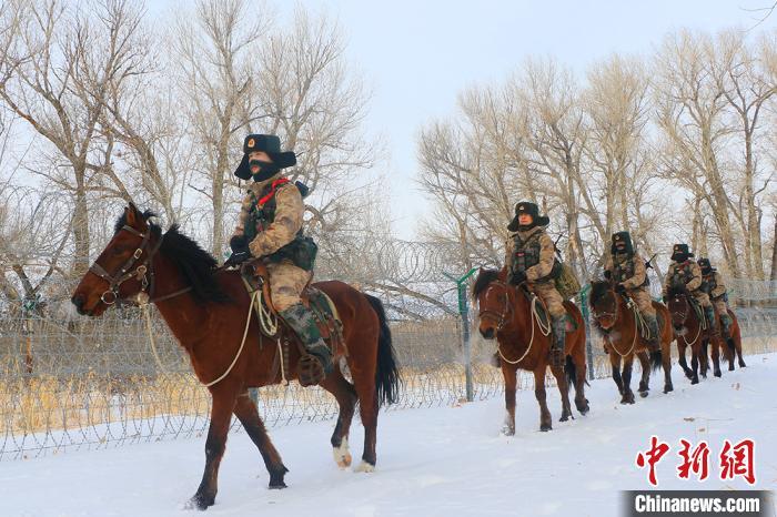 官兵们巡逻途中。 徐明远 摄