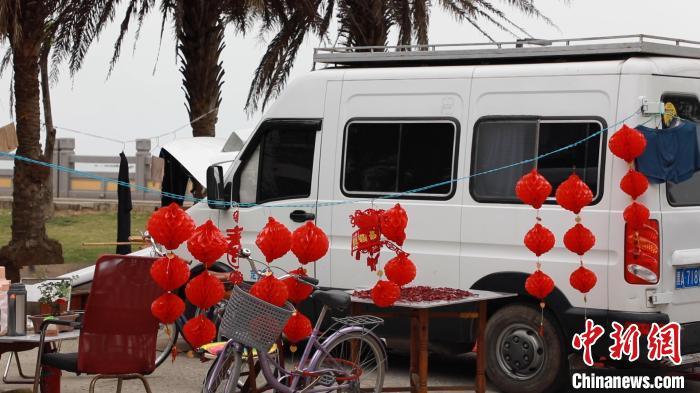 图为在北海一处停车场,一辆房车挂有春节装饰。 王伟臣 摄