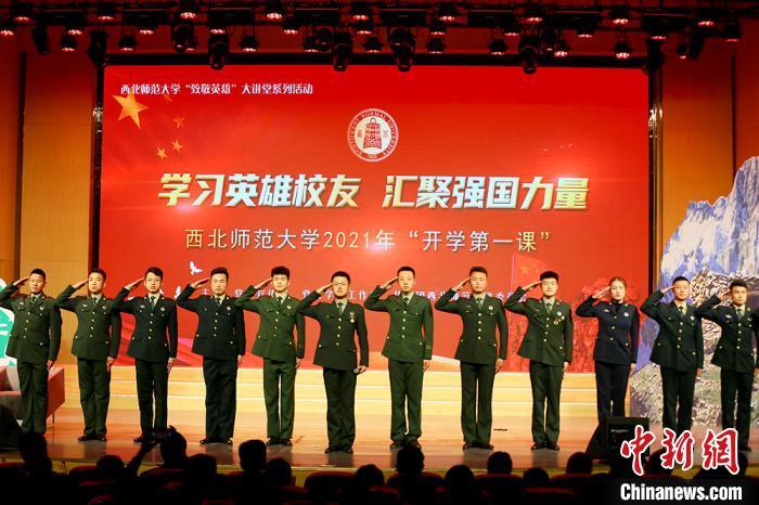 图为西北师范大学退伍学生向陈红军烈士致敬。 高展 摄