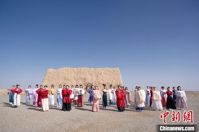 数十位身着古装的女性通过体验赏汉舞、习汉礼、吟诵诗词等中华传统学问,再现古丝绸之路的繁华盛景。 邱亮 摄
