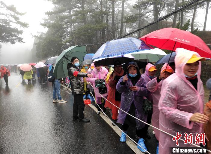 女性游客在庐山风景区门口排起了几十米长龙正准备进入景区游玩。庐山风景区 供图