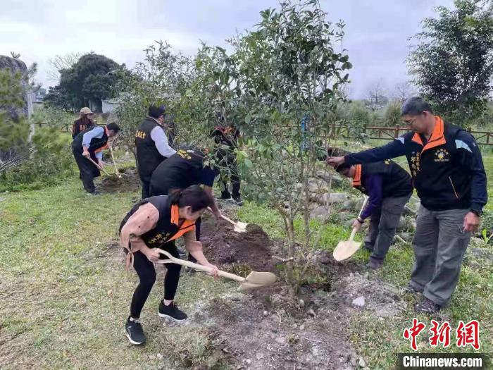 """桂台两地同胞共同种下象征团结和希望的""""同心树"""""""
