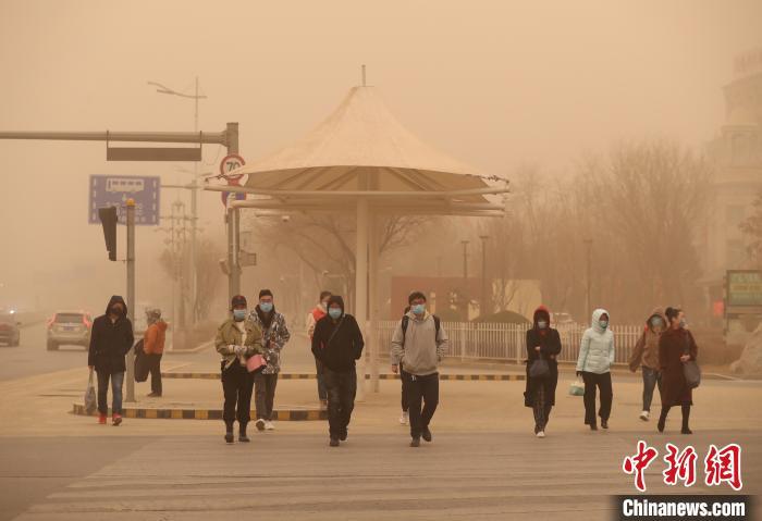 宁夏遭遇强沙尘暴天气 连发11条橙色预警