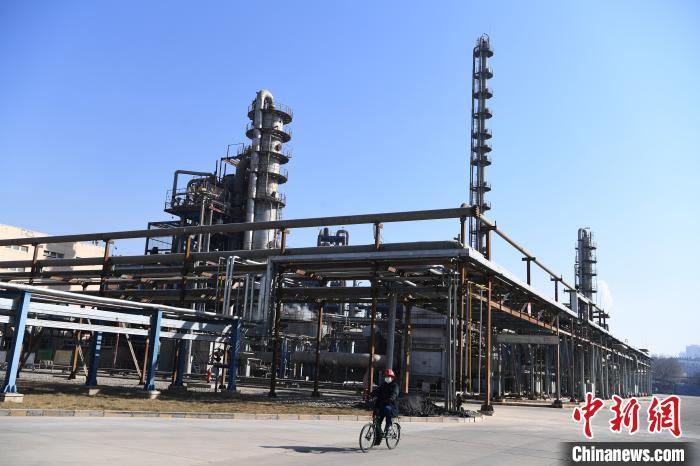 图为兰州石化公司厂区一角。 杨艳敏 摄
