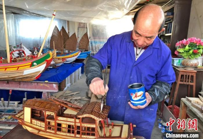 老艺人陈高海制作南湖红船船模 罗俊 摄