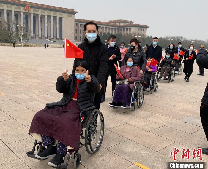 北京市人民政府天安门地区管委会主任费宝岐陪同受助藏族同胞参观。中国留学人才发展基金会供图