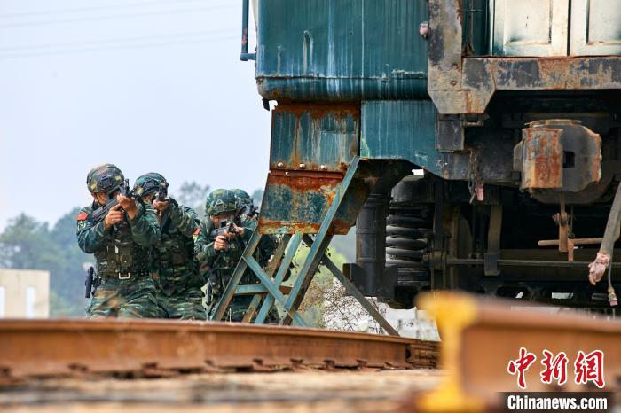 怪物史莱克4雷霆电闪间 直击广西桂林武警火车反劫持演练