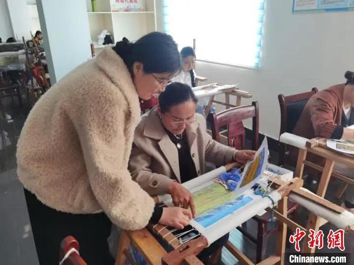 """新疆绣娘赴扬州学习""""乱针绣""""技艺提升产品艺术价值"""