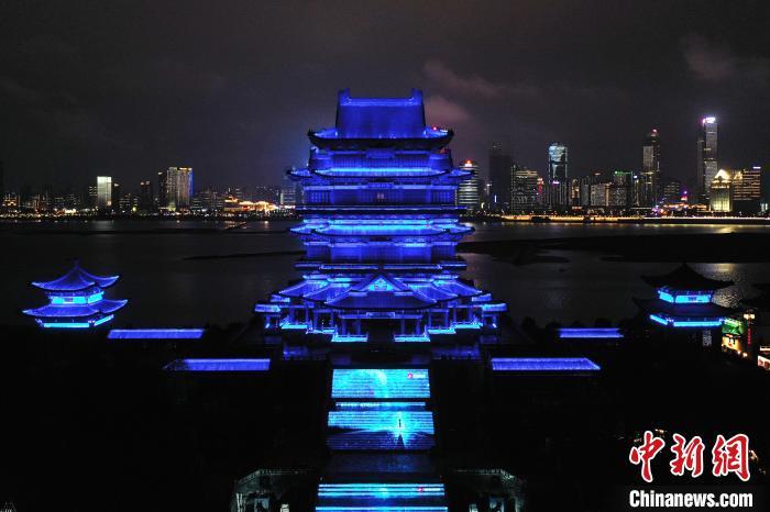 """南昌滕王阁等中国历史文化名楼为""""星星的孩子""""点亮蓝灯"""