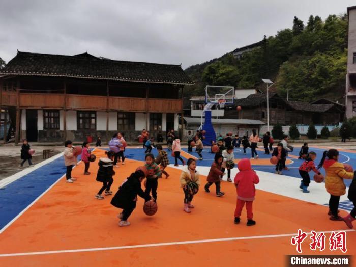 学生(在)篮球场上训练。乜洞小学供图