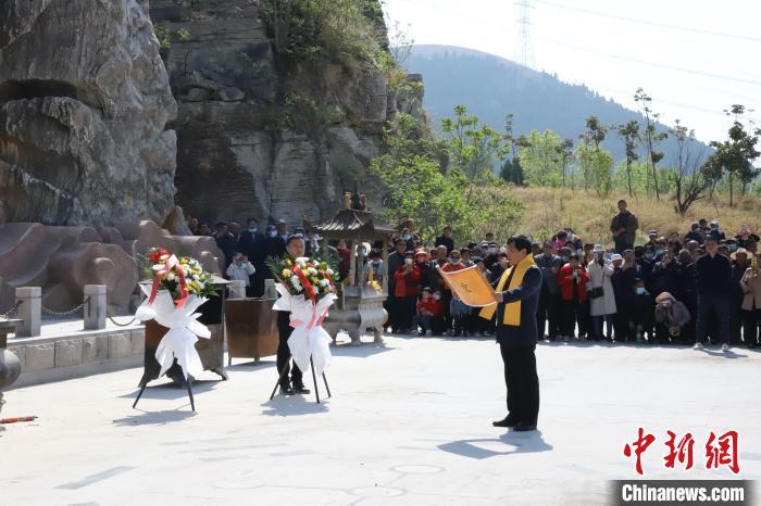 4月14日,在孟子故里山东邹城,社会各界人士祭祀、纪念伏羲、女娲。 陈静 摄