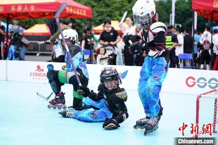 市民在活动现场参加体育运动 广州市体育局 供图 摄