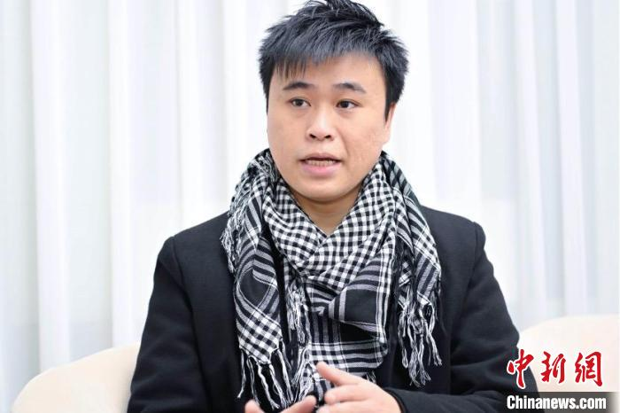 """图为""""90后""""香港青年郭玮强。 陈骥旻 摄"""