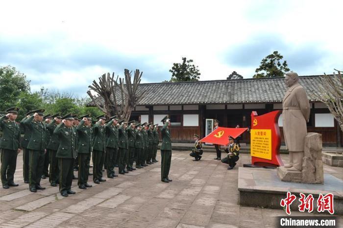 在范长江故居范长江雕塑前,武警内江支队官兵重温入党誓词。 王斌 摄
