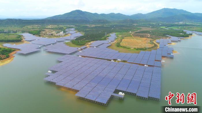 南方电网公司做好新能源配套电网规划建设和电源接入,图为位于广东阳江的水库光伏发电站。 蓝旺 摄