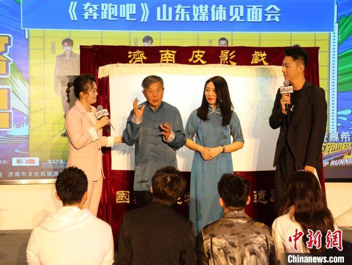 济南皮影传承人李兴时在见面会现场表演了皮影戏经典片段《孙悟空翻跟头》。 沙见龙 摄