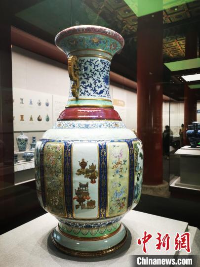 """明星瓷器文物之一:清乾隆各种釉彩大瓶,更为人熟知的名称是""""瓷母"""" 应妮 摄"""