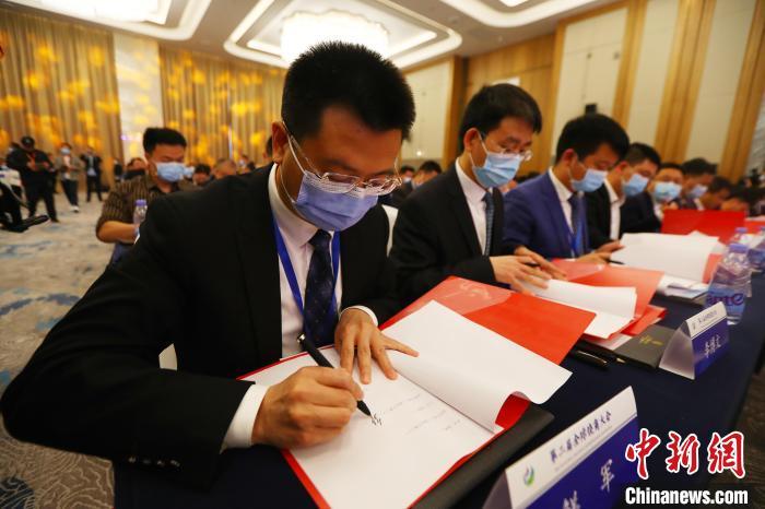 在当天的大会上,现场共签约45个项目,合同签约金额达333.6亿元。 刘占昆 摄
