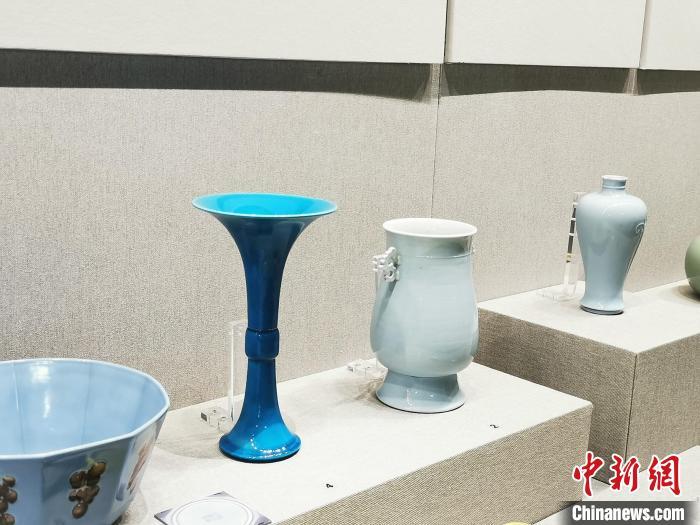 文物背后的L形的亚克力玻璃支架用于防震 应妮 摄
