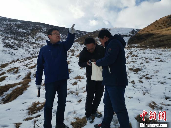 图为王秉璋(左)在野外工作。(资料图)青海省自然资源厅 供图 青海省自然资源厅 供图 摄