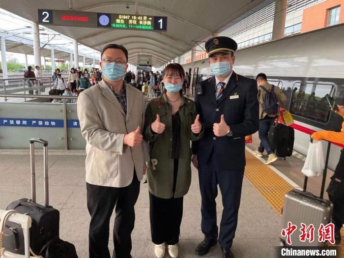 两位乘客对车班人员的照顾表示感谢。 殷庆 摄
