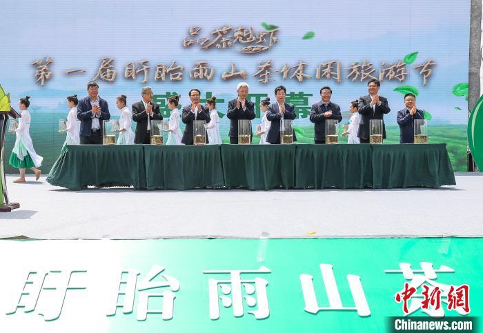 4月30日至5月2日,第一届盱眙雨山茶休闲旅游节在雨山茶场举行。 许昌银 摄