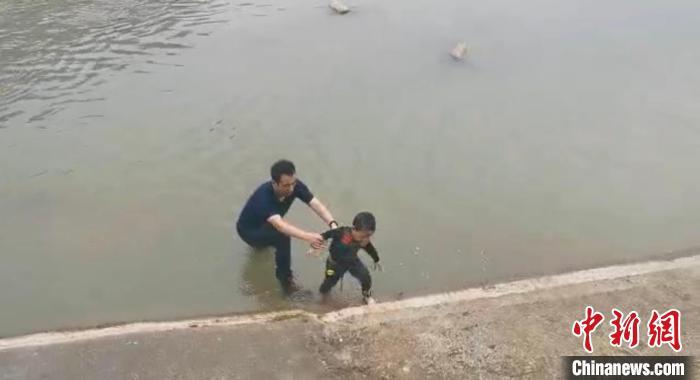 贵州消防赴川驻训指战员勇救落水儿童