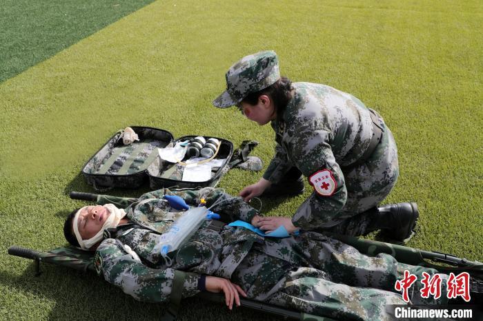 为伤员输液。 韩文会 摄