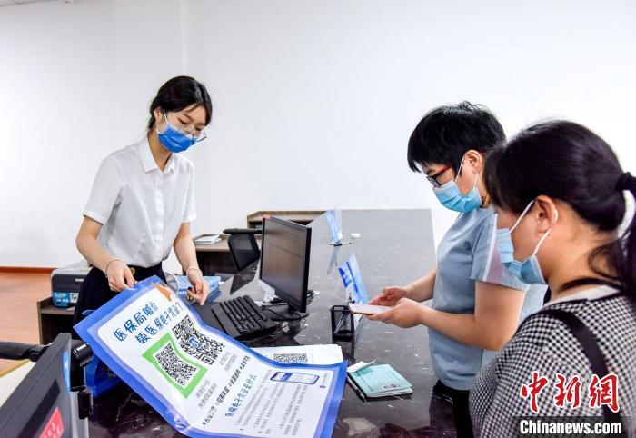 民众领取医保点子凭证 吴晓红 摄
