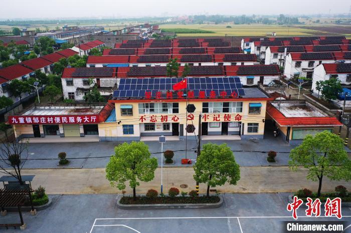 图为邹庄村民房顶安装的光伏发电设备 李超庆 摄