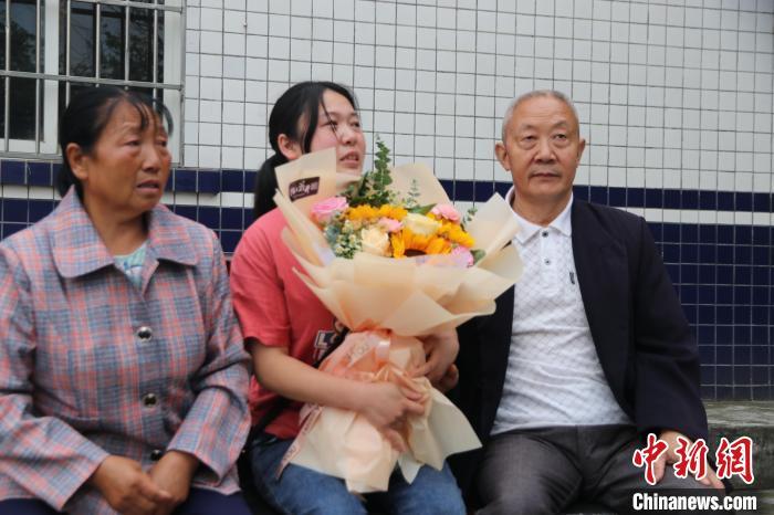 四川三台:3岁女童因贪玩走失离家31年后终回家团圆
