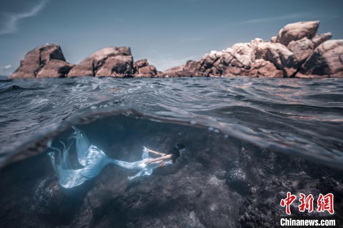 """与海底生物伴游的新职业——""""美人鱼""""在中国悄然兴起"""