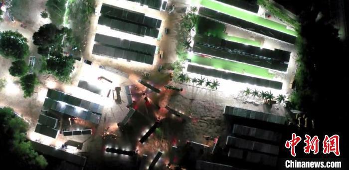 广州市荔湾区连夜安装超过450个集装箱宿舍。 荔湾区融媒体中心供图